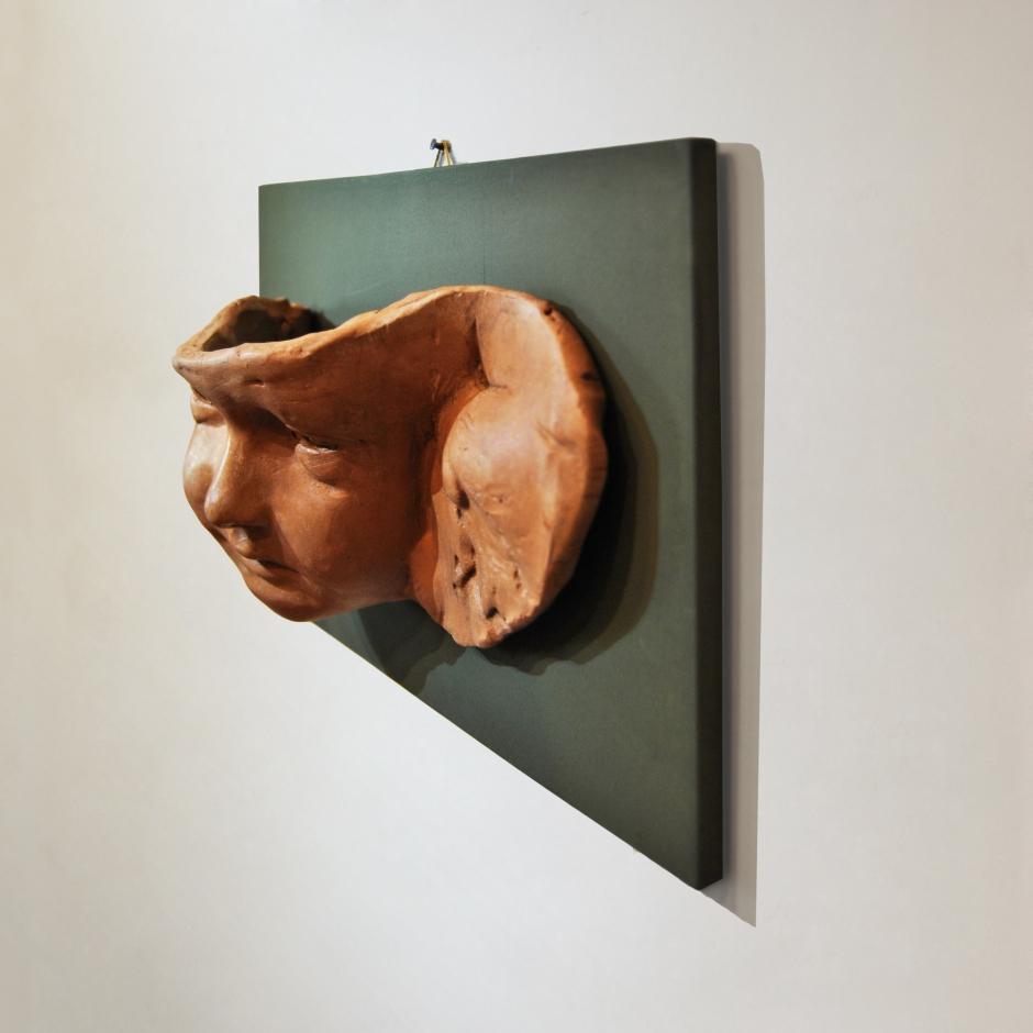 Bassorilievo putto su tavoletta verde